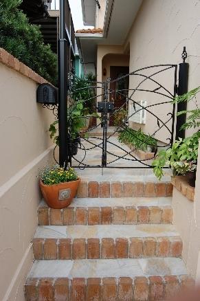 曲線をふんだんに用いたシンプルな門扉がエレガントな雰囲気を引き立てます。